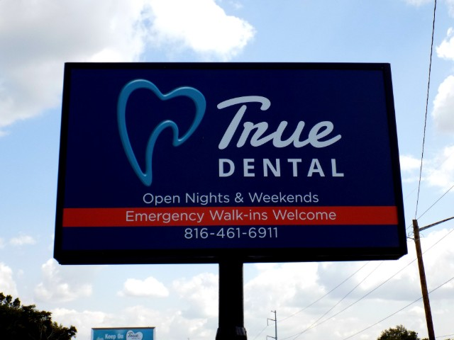Lighted Cabinet Pole Sign at True Dental in Independence MO
